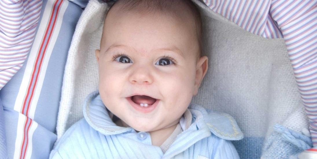Когда начинают резаться зубки у младенцев: сроки и симптомы
