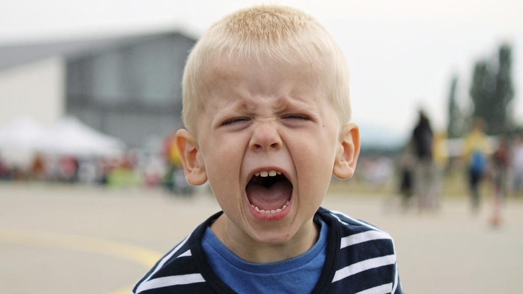 Ребенок кричит на родителей: что делать?